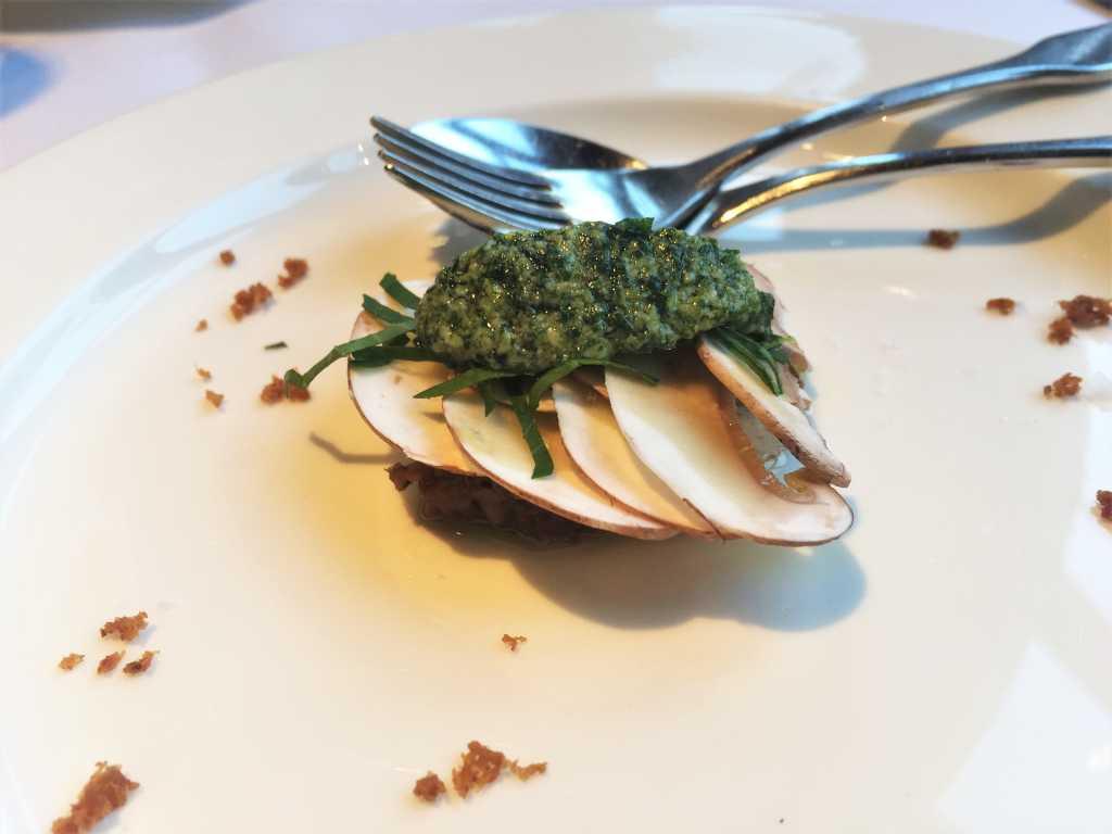 Amuse Bouche: Champignons, Schwarzbrot, Petersilie