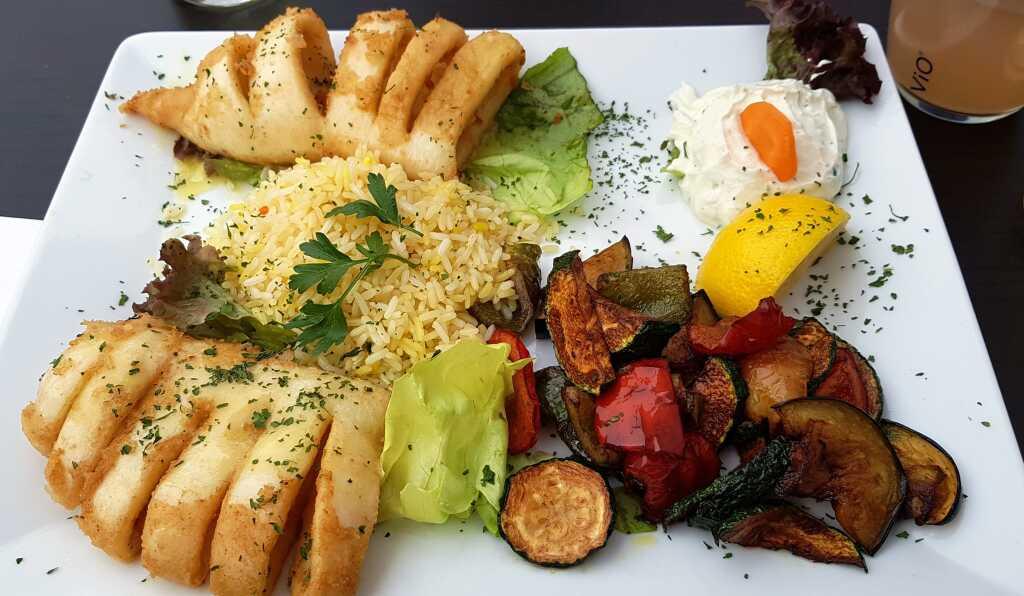 Tintenfischtuben mit Butterreis, Gemüse