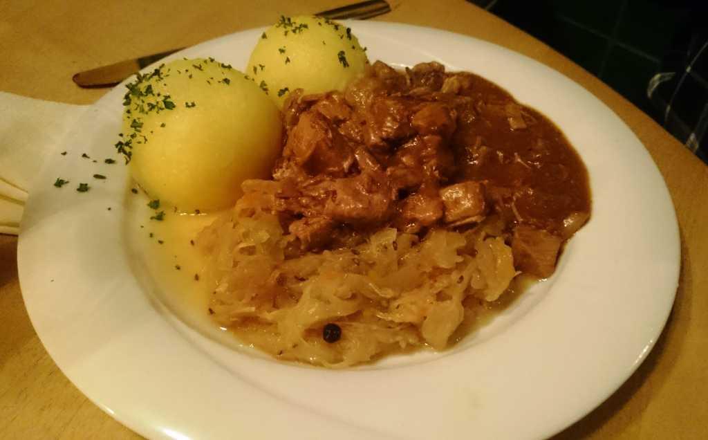 Köstritzer Schwarzbiergulasch mit Sauerkraut und Thüringer Klößen