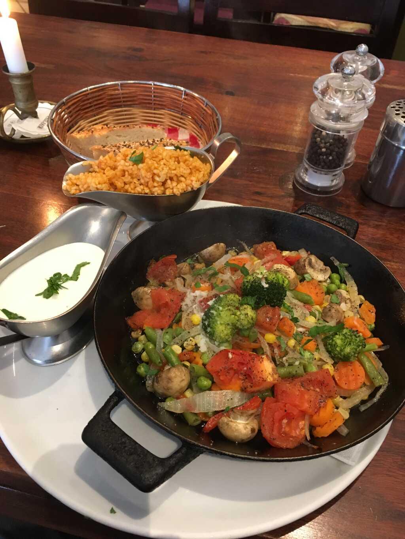 """""""Bezelye Tava"""": Erbsenpfanne aus dem Ofen mit Zwiebeln, Möhren, Pilzen, Bohnen, Bulgur und Knoblauchjoghurt."""