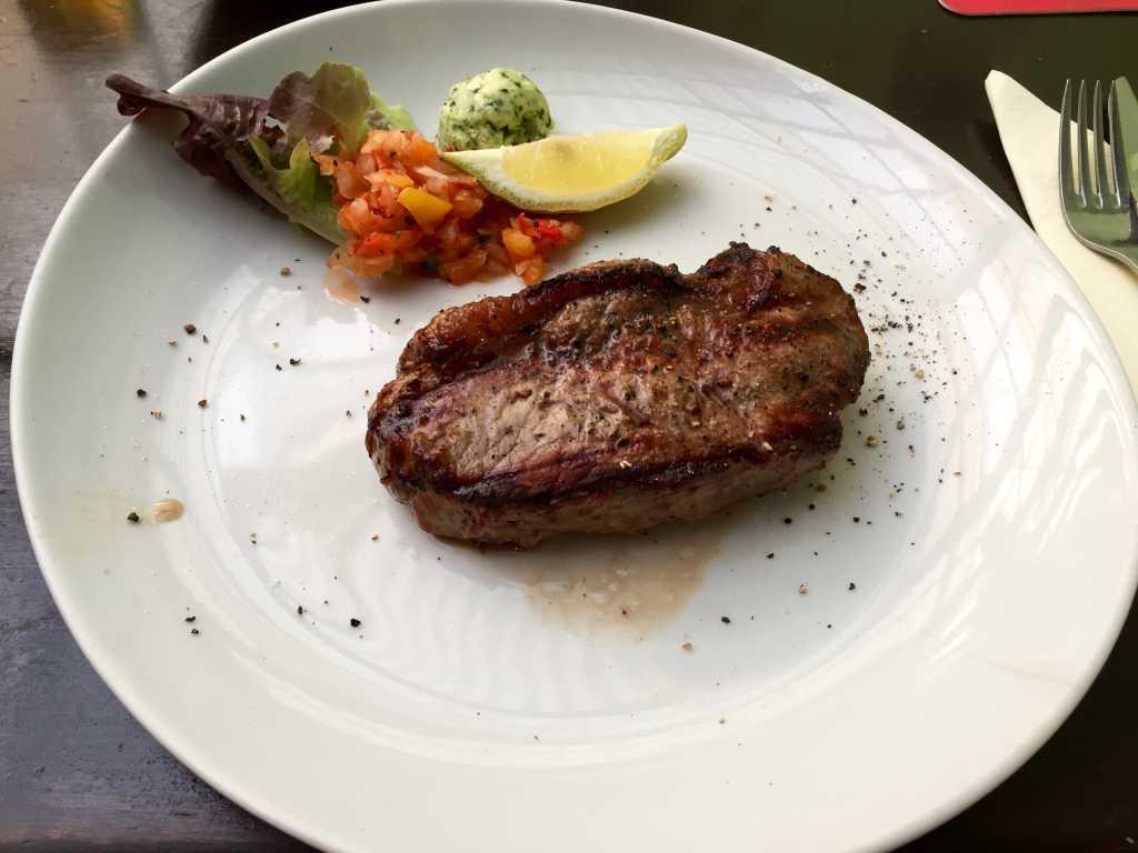 Argentinisches Rumpsteak (ca. 200 g) mit Steakhouse Fries, Kräuterbutter, Steaksauce und einem kleinen Salat vom Buffet
