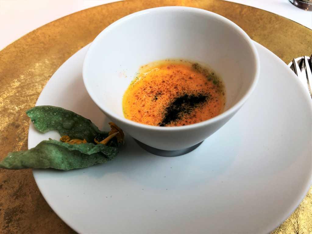 Amuse Bouche: Rühreicreme mit Haselnüssen, Petersilienchip mit Himbeerkaviar