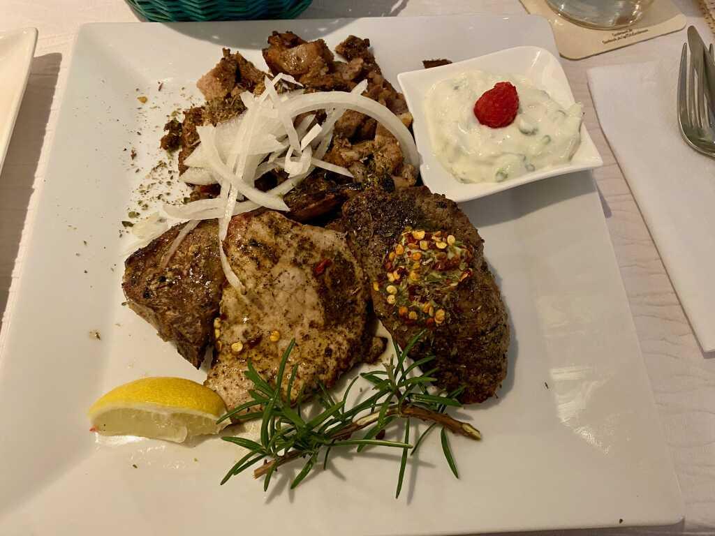 Aphrodite-Teller (Gyros, Steak, Lammkotelett, Schnitzel und Tsatsiki)