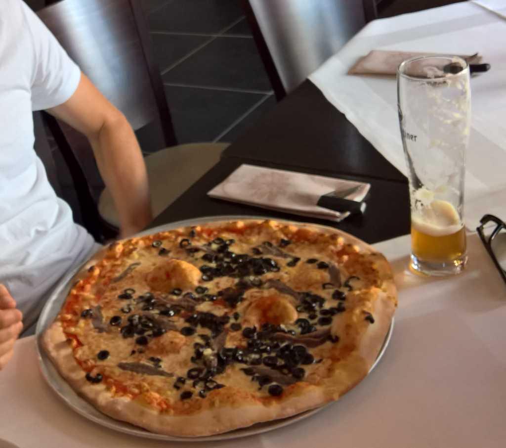 Pizza Strega Tomaten, Käse, Sardellen, Oliven, Knoblauch* (groß 11,90€)