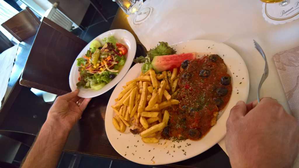 Scaloppina Pizzaiola mit Tomaten, Kapern, Sardellen und Oliven Variante Pommes (16,90 €)