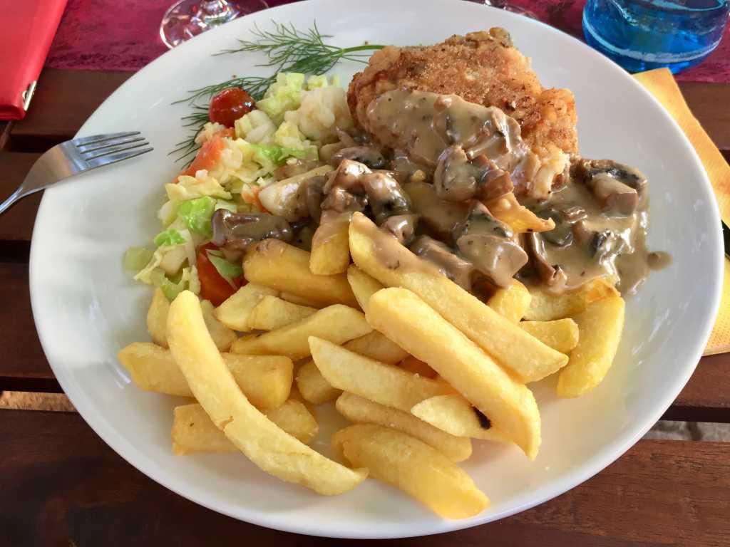 Cordon bleu mit Champignonrahmsauce und Pommes