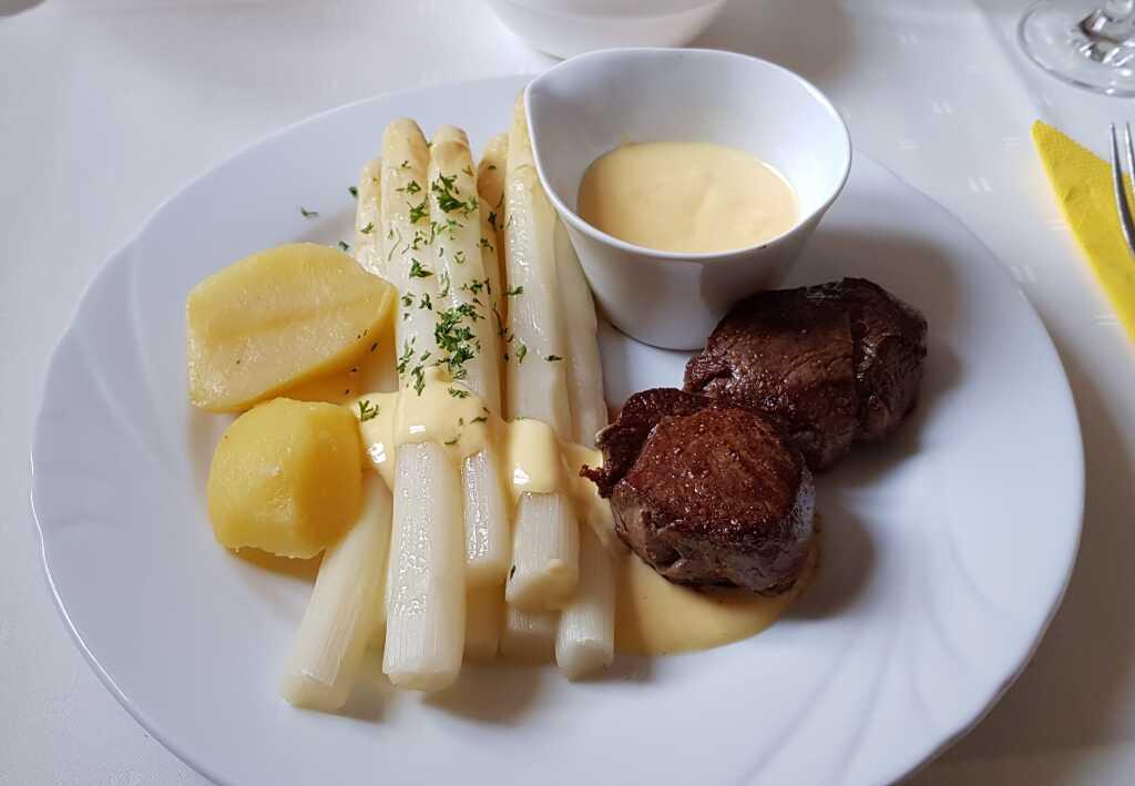 Rehsteak, Spargel, Kartoffel, Hollandaise