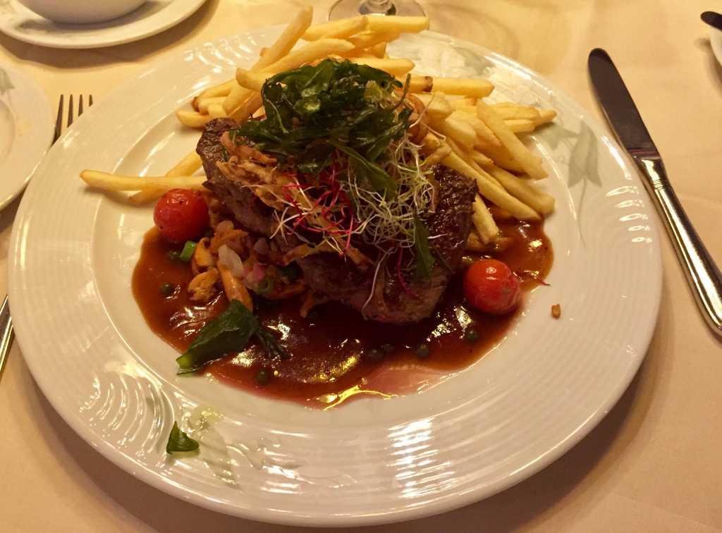 Rumpsteak auf Rotweinsauce mit gebratenen Pfifferlingen, Pommes frites und einem Sommersalat