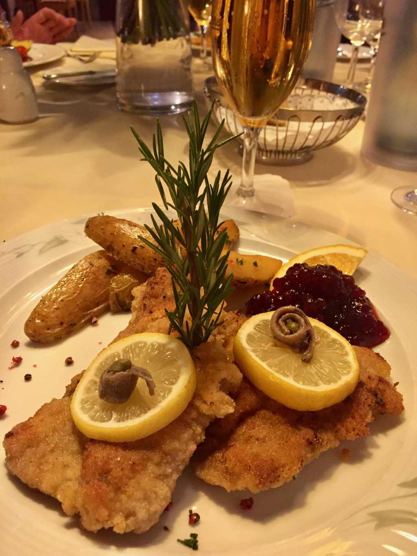 Wiener Kalbschnitzel mit Rosmarinkartoffeln und einem bunten Salatteller