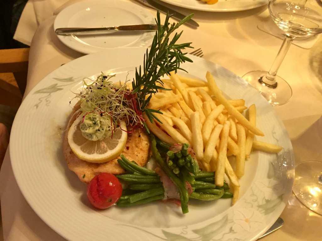 Putensteak  mit Kräuterbutter, Pommes frites und Salatteller