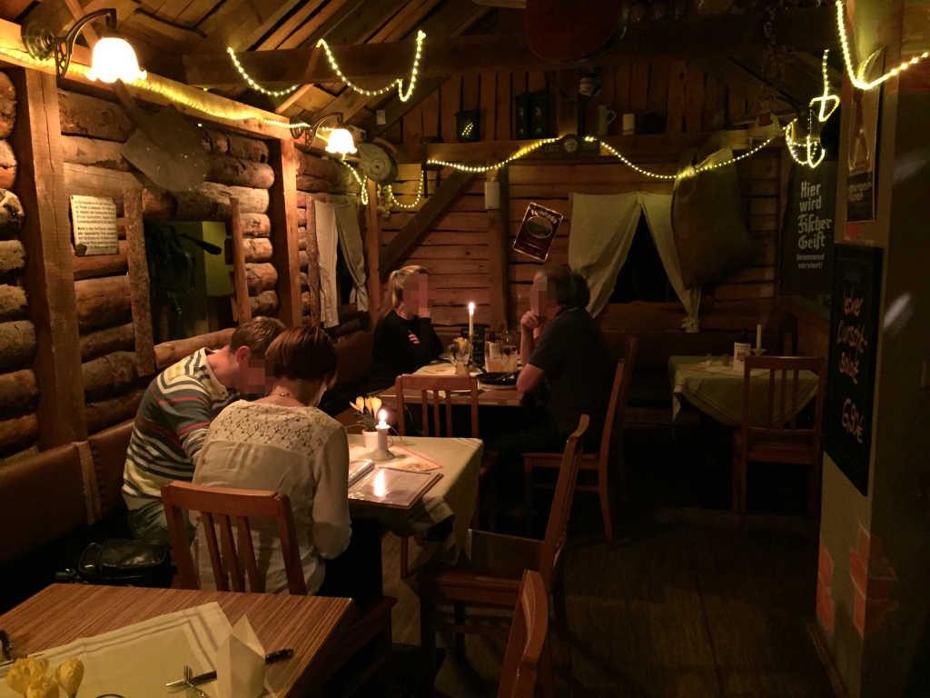 kleiner Gastraum im Berghütten-Look
