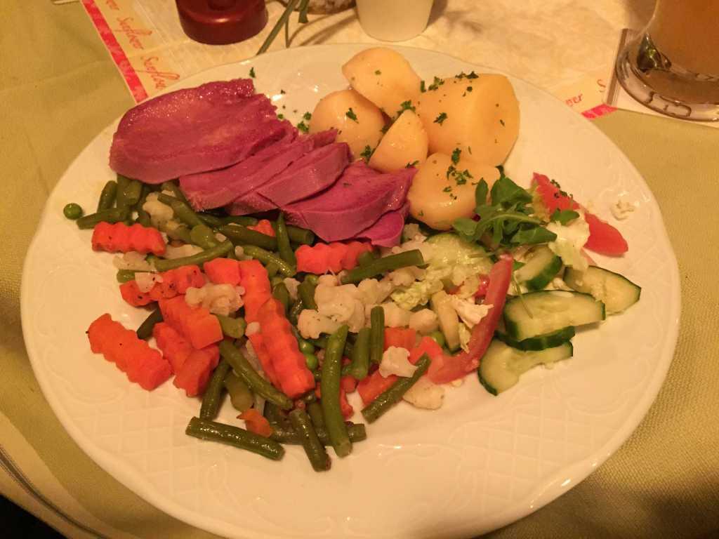 """""""Ochsenlecke(Rinderzunge) mit a bissl Gemüse und zerlassener Butter und Salzkartoffeln"""""""