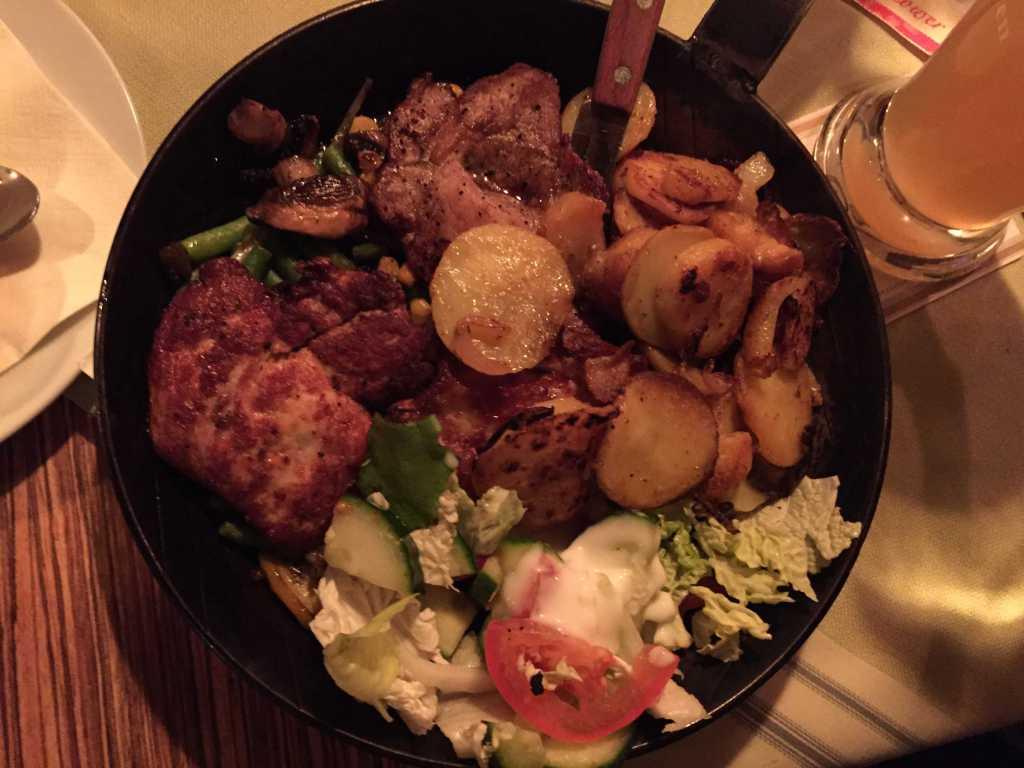 """""""Barbecue Pfanne mit Landstreicherrippchen, Rostbrätel und Hähnchenbrust, Barbecuesoße, Knobidip und Pfannengemüse, als Beilage Bratkartoffeln"""""""
