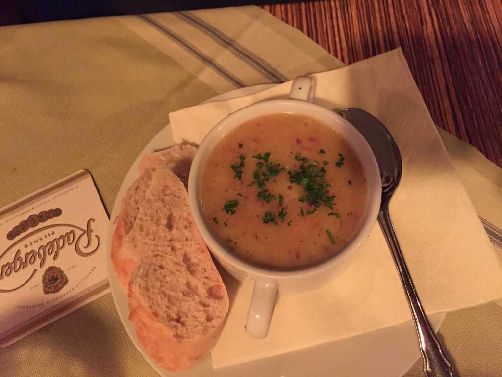 """""""Erdäppelsubbe mit Wurscht drinne"""" -> Kartoffelsuppe mit Würstchen"""