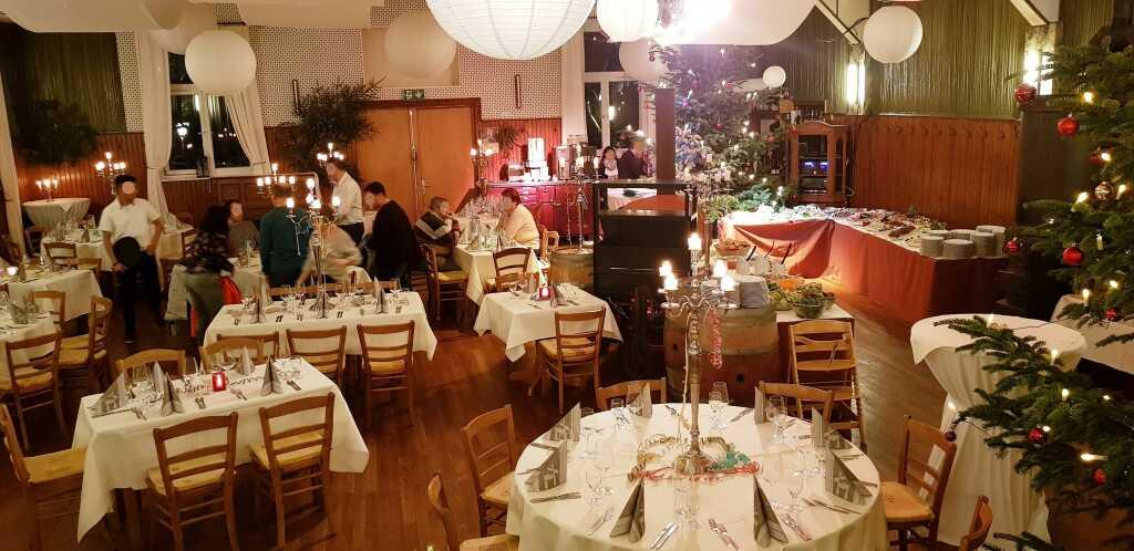 Blick von unserem Tisch auf der Bühne