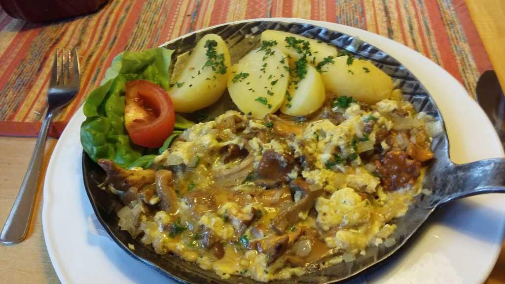 Pfifferlinge mit Kräuterrührei und Kartoffeln