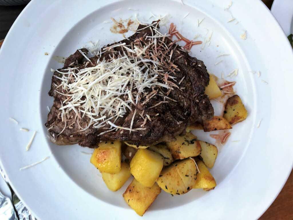 Entrecôte vom steirischen Almochsen mit Röstkartoffeln und Salat