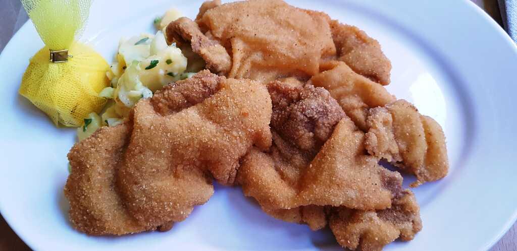 Wiener Schnitzel. Kalbsschnitzel mit Erdäpfel-Gurken-Salat