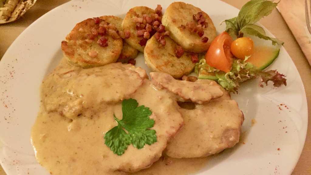 Kaninchenrollbraten in Speck-Feigen-Sauce, serviert mit Serviettenknödeln