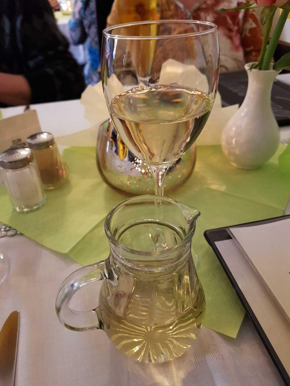 Schoppen weißen Hauswein a´3,90 €