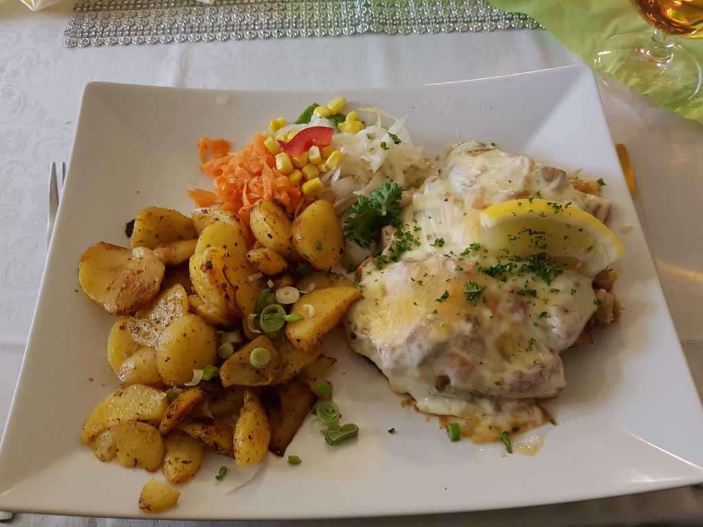"""Schweinesteak """"Würzfleisch""""-ein Steak mit Würzfleisch und Käse überbacken mit Bratkartoffeln für 10,95 €"""